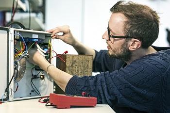 Viktor Lidström working in the lab.
